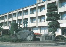 やまびこの像と校舎